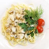 Спагетти с курицей и грибами Фото