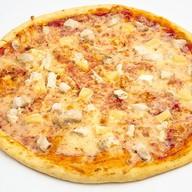 Пицца с курицей и ананасами Фото