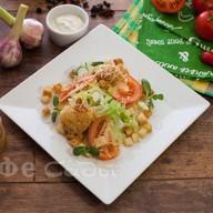 Цезарь салат с креветкам Фото