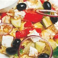 Греческий салат с соусом дзадзыки Фото