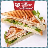 Сэндвич с курицей и беконом Фото