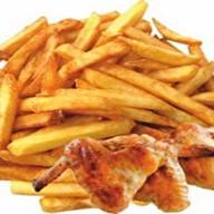 Картофель фри с куриными крылышками Фото