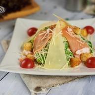 Цезарь с лососем и креветками салат Фото