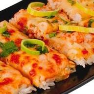Суши-пицца с лососем и с креветко Фото