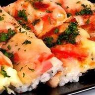 Суши-пицца с ветчиной Фото