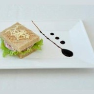 Клаб-сэндвич с ветчиной и сыром Фото