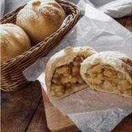 Пирожок с яблоком Фото