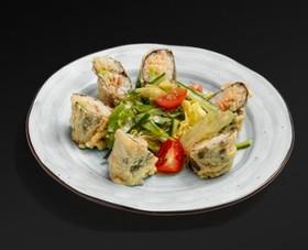Салат с темпурным роллом - Фото