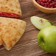 Осетинский с яблоком, вишней и повидлом Фото