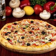 Пицца с салями и беконом Фото