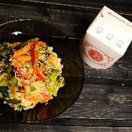 Wok с овощами, кокосом и чили Фото