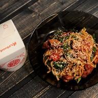 Wok с цыпленком, шпинатом и томатами Фото