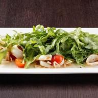 Теплый салат с кальмаром Фото