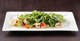 Теплый салат с кальмаром - Фото