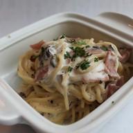 Спагетти с грибами и ветчиной ланч Фото