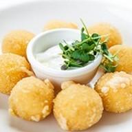 Сырные шарики с соусом Фото