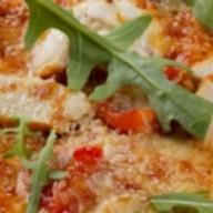 Пицца с курицей-гриль и томатами черри Фото