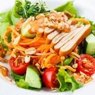 Азиатский салат с копченым кальмаром Фото