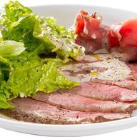 Ростбиф с зеленым салатом Фото