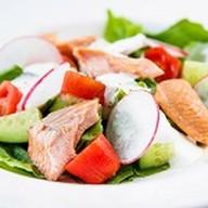 Салат с подкопченой форелью, овощами Фото