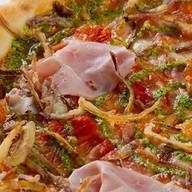 Пицца с ветчиной, томатами и кинзой Фото