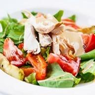 Салат с копченым цыпленком и овощами Фото
