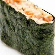 Суши гункан с копченым лососем Фото