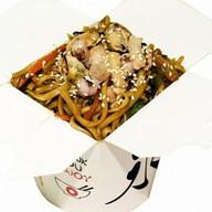Лапша с морепродуктами и овощами Фото