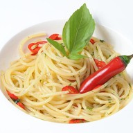 Спагетти с соусом алио-олио Фото