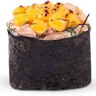 Горячий гункан с лососем Фото
