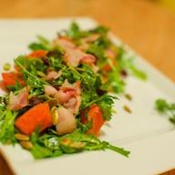 Теплый салат с говядиной и беконом Фото