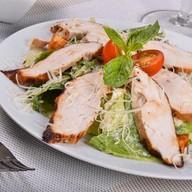 Салат Цезарь с филе цыпленка Фото