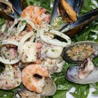 Салат из морепродуктов с руколой Фото