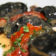 Черные равиоли с мясом краба Фото