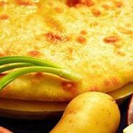 Пирог с картофелем и листьями све Фото