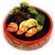 Гун-кан из лосося с острым соусом Фото