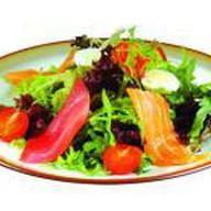 Салат с лососем и тунцом Фото