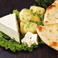 С картошкой и осетинским сыром Фото
