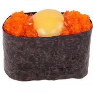 Гункан с икрой и перепелиным яйцом Фото