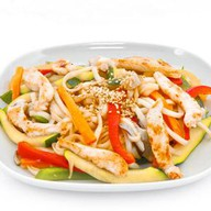 Жареная лапша с курицей и овощами Фото