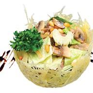 Легкий салат с языком в корзинке Фото