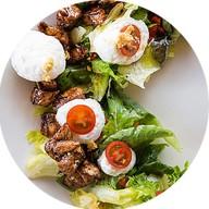 Салат теплый с белым соусом Фото
