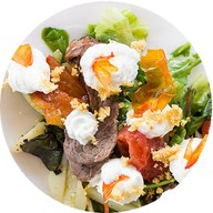 Микс салатов с телятиной Фото