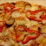 Пицца куриная с ананасами Фото