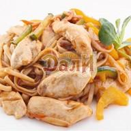 Лапша удон с курицей и овощами Фото