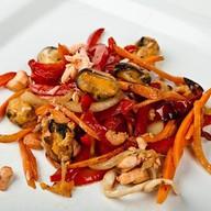 Морепродукты с овощами в устричном соусе Фото