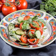 Салат с томатами и домашним сыром Фото
