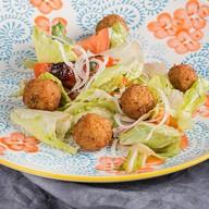 Салат с фалафелем и овощами Фото