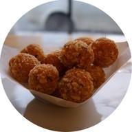 Сырные шарики со сметанным соусом Фото
