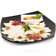 Тарелка домашних сыром Фото